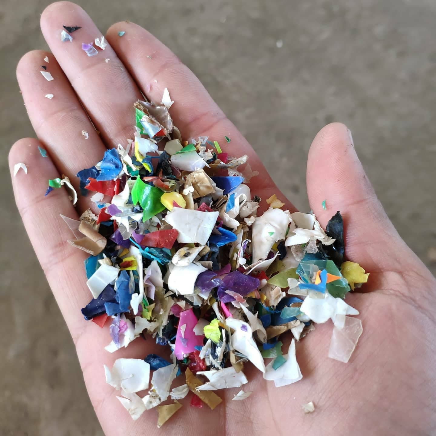 Plastic flakes to clean