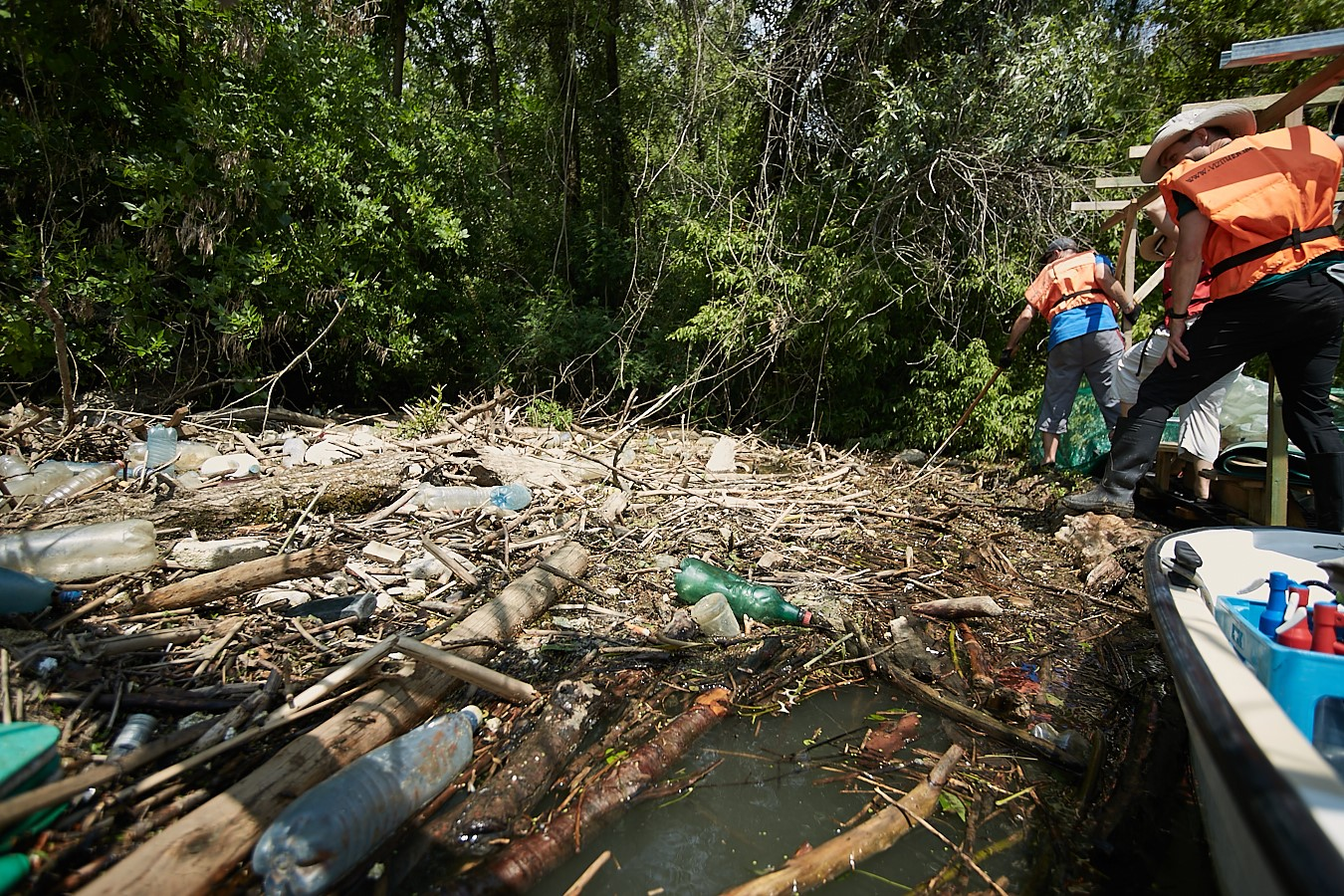 Plastic Pirates removed daily one tonnes of plastic from Tisza-lake