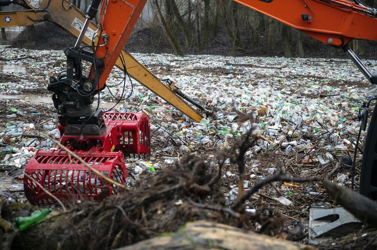 Multi-front fight against the winter flood of riverine waste