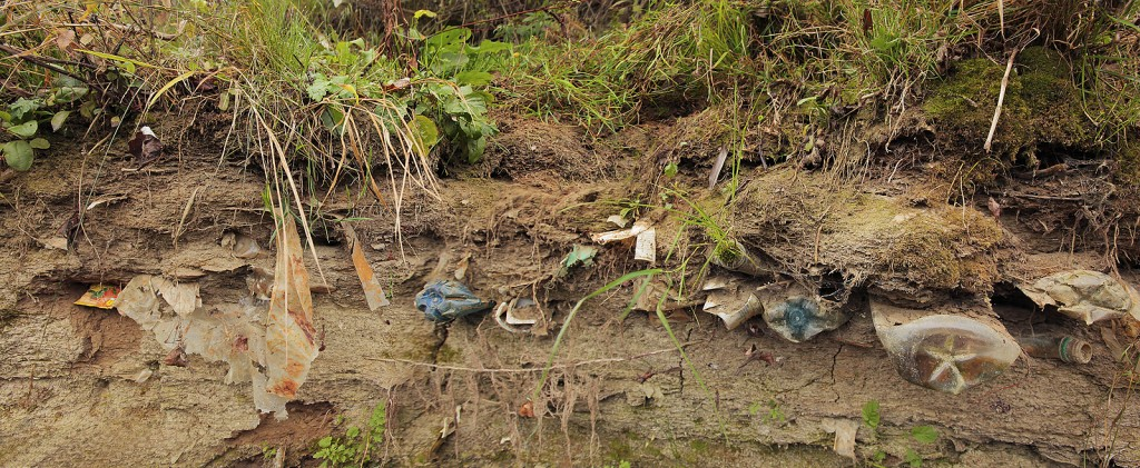 /hulladékfal a Felső-Tiszán – hulladékrégészeti akciónk első helyszíne